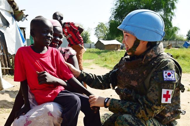 한빛부대 간호장교가 남수단 보르 현지 마을에서 대민 의료지원을 하고 있다.  이경원 기자