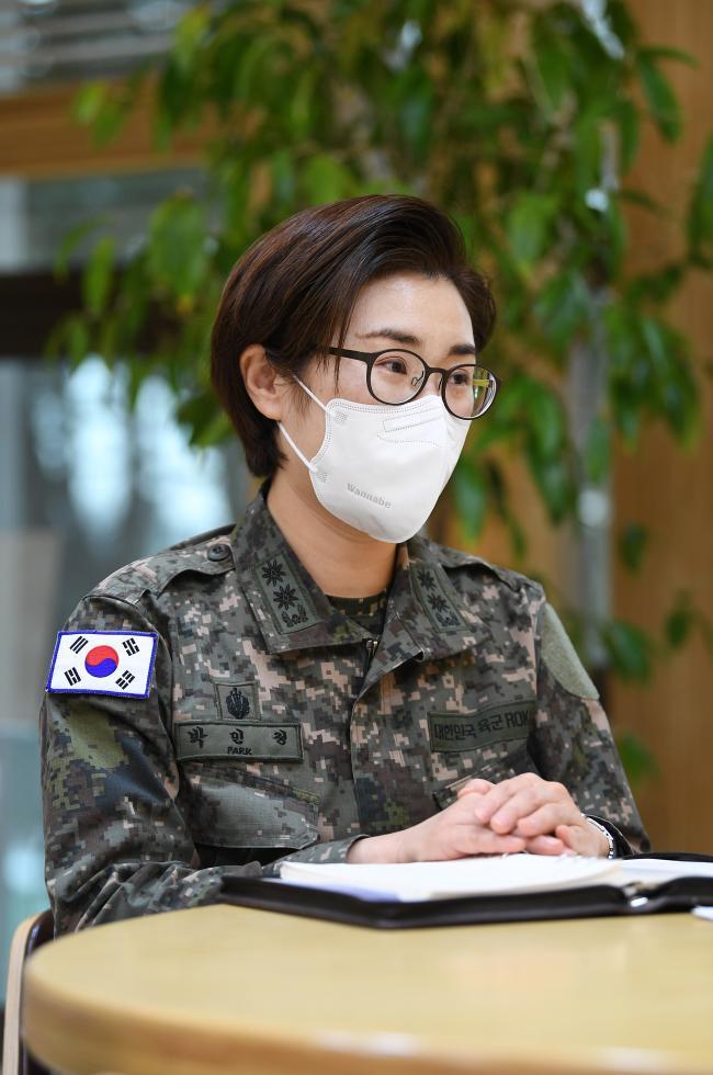 18일 경기도 성남시 국군의무사령부에서 코로나19 군 대응대책과 관련해 국방일보와 인터뷰하고 있는 박민정 중령