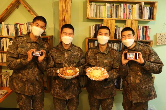 'PX토랑 경연대회'에 참가한 육군5사단 독수리여단 장병들이 '불족면'과 '스파게티 피자'를 들어 보이며 포즈를 취하고 있다. 사진 제공=김보경 하사