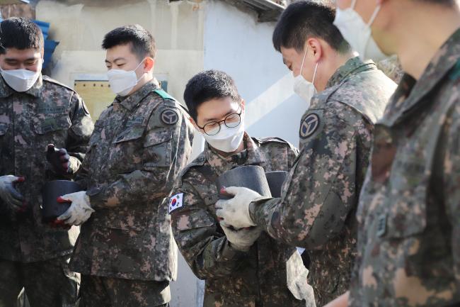 육군37사단 장병들이 지난 21일 충북 증평군 신동리 마을에서 홀몸 어르신 가구에 사랑의 연탄을 배달하고 있다.   부대 제공