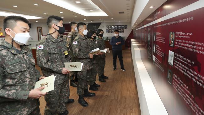 육군부사관학교 20-5기 양성 과정 부사관 후보생들이 교내 국립전사박물관에서 국가·안보관 함양 교육을 받고 있다.