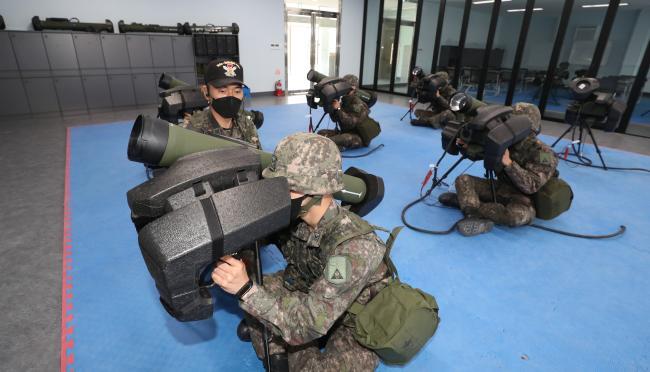 육군부사관학교 20-5기 초급리더 과정 교육생들이 보병용 중거리 유도무기 '현궁' 시뮬레이터 실습을 하고 있다.