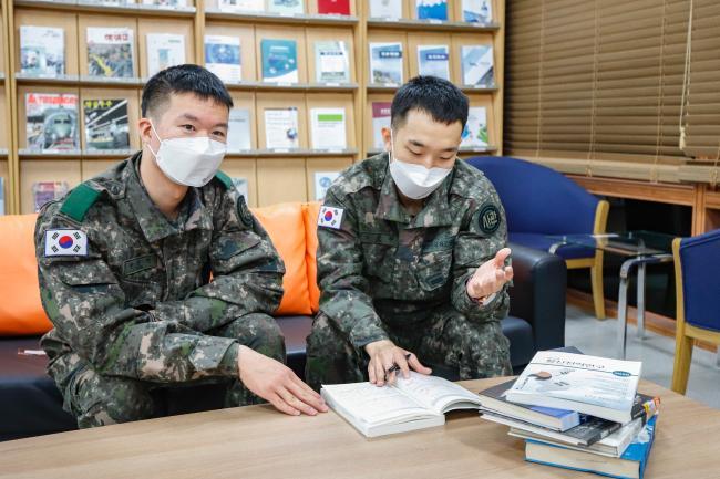 '육군 전사 군인본분 PT 챌린지'에서 대상을 받은 육군3사관학교 변준언 상병, 노승찬 일병(왼쪽부터)이 영상 제작 전 주제를 논의하고 있다.  육군 제공