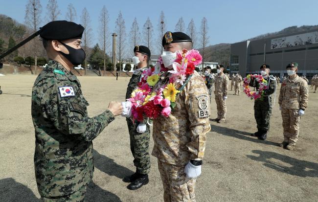 소영민(왼쪽) 육군특수전사령관이 8일 국제평화지원단에서 열린 '아크부대 18진 환송식'에서 김명응(중령) 단장을 격려하고 있다. 사진=이경원 기자
