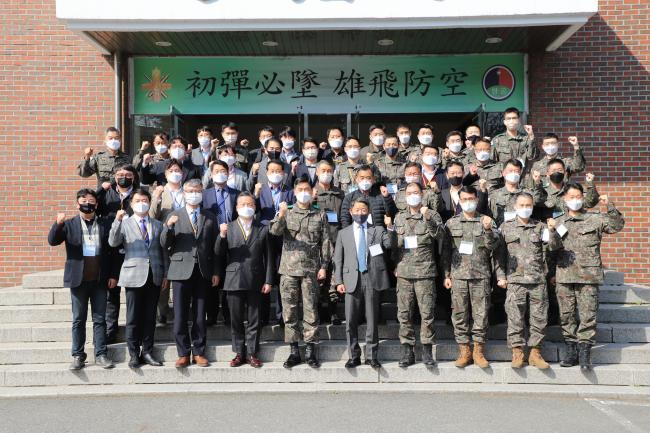 23일 육군방공학교가 개최한 '21-1차 방공전투발전협의회'에서 이경주(준장·앞줄 왼쪽 다섯째) 방공학교장을 비롯한 군·산·학·연의 주요 참석자들이 미래 육군 방공작전 발전에 힘을 모을 것을 다짐하며 기념사진을 찍고 있다.  부대 제공