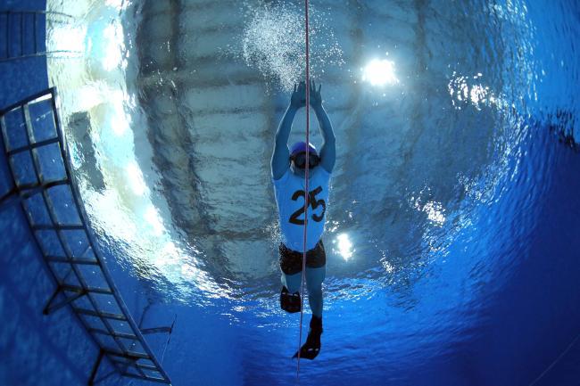 교육생이 수중에서 잠영으로 45m를 이동하고 있다.