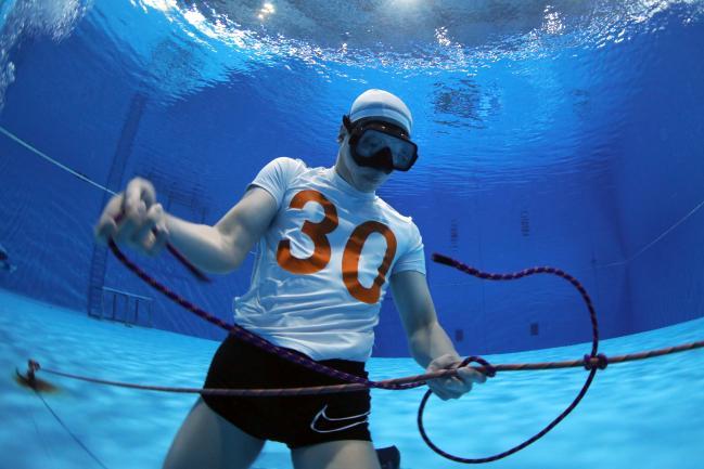 수중 매기법 평가를 받는 교육생의 모습.