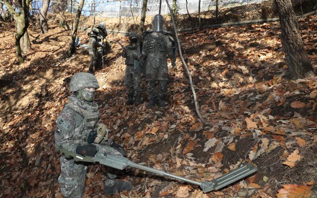 합참은 1일부터 오는 11월까지 올해 지뢰제거 작전을 실시한다고 밝혔다. 사진은 지난해 11월 육군55사단 공병대대 장병들이 경기도 성남시 검단산 일대에서 지뢰제거 작전을 하는 모습.  양동욱 기자