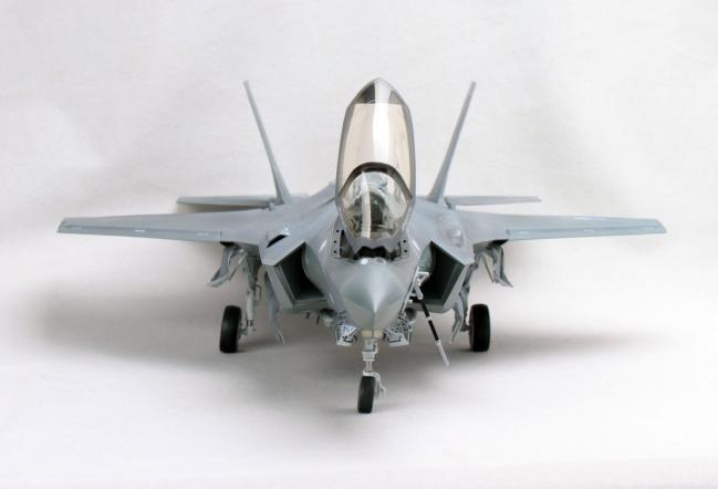 F-35A를 앞에서 보면 엔진 공기흡입구 모습이 스텔스기답게 아주 독특하다.
