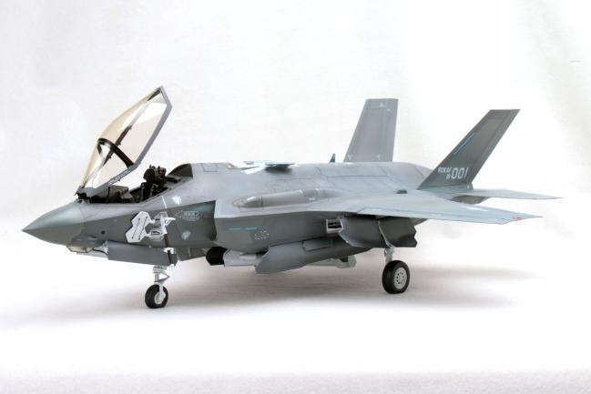 대한민국을 스텔스기 운용국의 대열에 올려놓은 F-35A 전투기 모형. 아카데미과학에서 출시한 32분의 1 ROKAF F-35A 키트로 제작한 모델러 정흥교 님의 작품이다. 스텔스기의 전형적인 형상을 하고 있고, 캐노피가 앞쪽으로 열리는 독특한 구조가 눈에 띈다.