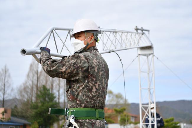 공군기상단 기상장비정비사들이 전군 최초로 개발한 접이식 측기탑 가동을 시연하고 있다.  사진 제공=권동현 중위