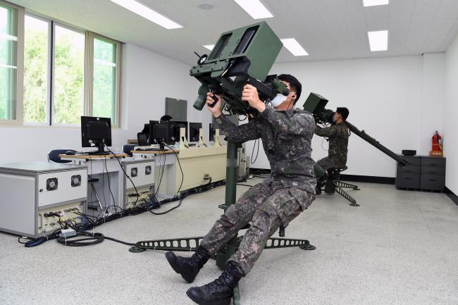 공군3방공유도탄여단이 7일부터 오는 9일까지 휴대용 SAM 운용요원 집체교육을 진행 중인 가운데 참가 요원들이 시뮬레이터를 활용한 교육을 받고 있다.  사진 제공=서동일 하사
