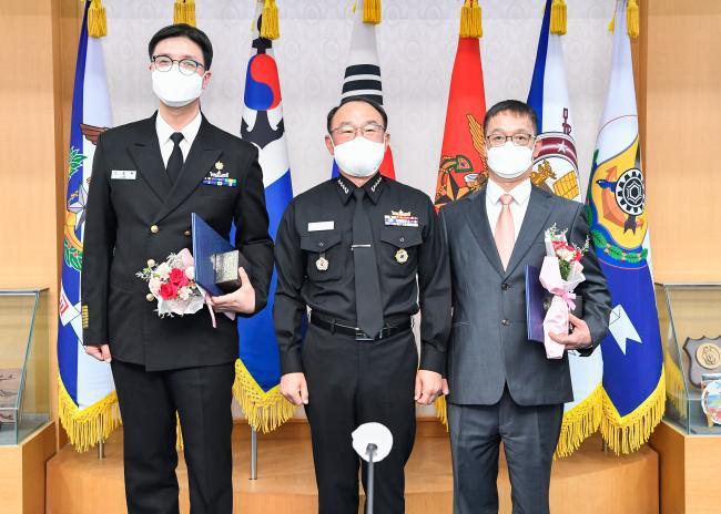부석종(가운데) 해군참모총장이 선진해군상을 수상한 이종복(왼쪽) 상사, 원종일 주무관에게 상장과 기념품을 수여한 뒤 기념 촬영을 하고 있다.