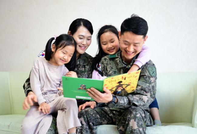 탄력근무제를 활용해 자녀 양육을 함께하는 육군 부부 군인의 모습. 육군은 군인 가족이 행복해야 장병들의 사기와 전투력이 오른다는 차원에서 행복한 육군 가족 만들기에 심혈을 기울이고 있다. 육군 제공