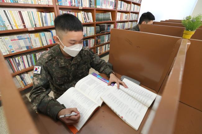 육군2기갑여단 불사조대대 장병들이 병영도서관에서 자기개발에 열중하고 있다. 육군은 병사 정원의 70%까지 지원하는 자기개발 비용을 2022년까지 100%로 확대하는 방안을 추진 중이다.  조종원 기자