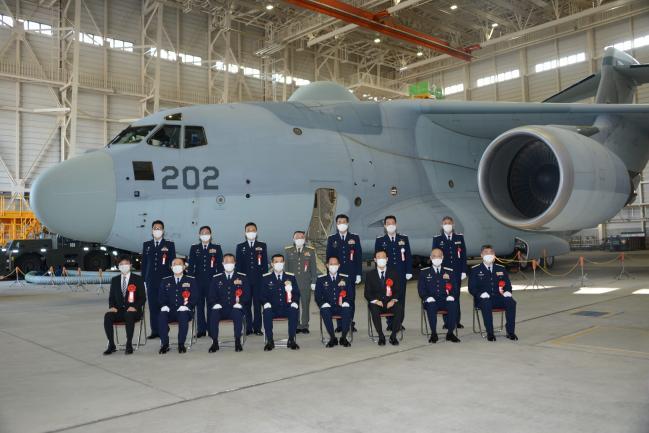 일본은 기존에 운용했던 YS-11EB 전자전기를 최신형 RC-2 전자전기로 대체하는 작업을 지속할 수 있도록 2021년도 방위예산을 결정했다. 사진은 지난해 10월 일본항공자위대가 서부 이루마 기지에 실전 배치한 신형 전자전기 RC-2 1호기 취역식 모습.  사진=C4ISRnet.com