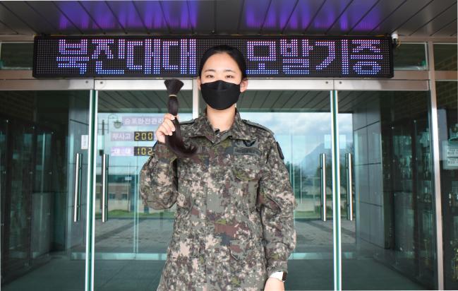 육군5포병여단 이유현 중위가 기증할 머리카락을 들고 포즈를 취하고 있다.  사진 제공=유승준 중위