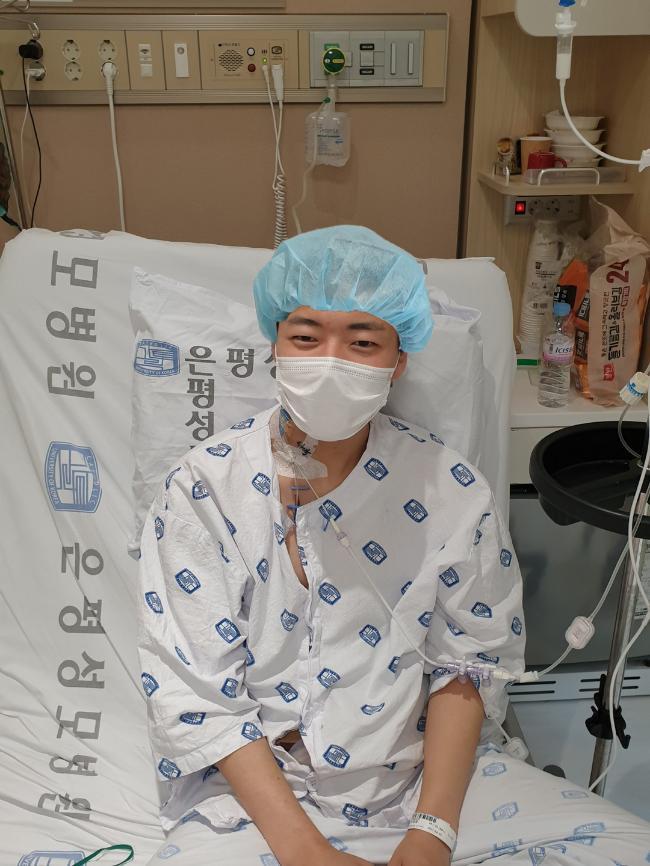 간 경변으로 투병 중인 아버지께 자신의 간을 내놓은 육군7사단 불사조여단 이재경 일병이 무사히 수술을 마친 후 환하게 웃고 있다.  부대 제공