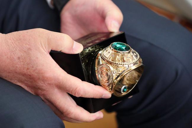 이건수 회장이 모교인 경희대학교 ROTC총동문회로부터 받은 ROTC 임관반지 모형 공로패를 들어보이고 있다.