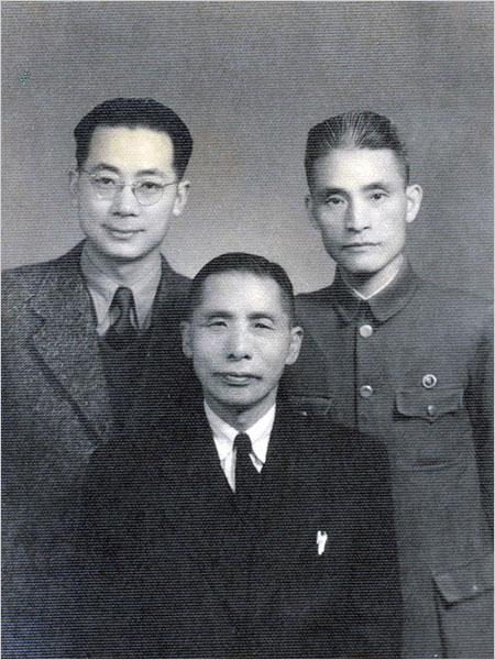 김홍일(오른쪽)이 윤봉길에게 제공한 폭탄 제조와 교섭을 맡은 중국인 왕백수(왼쪽), 대한민국 임시정부 주석 김구와 함께 찍은 사진.