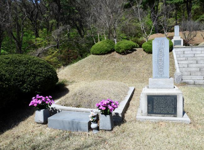 국립서울현충원 임정묘역의 김홍일 장군 묘소.   이헌구 기자