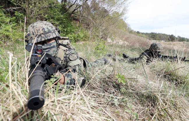 흑표부대 특전요원들이 훈련 중 지형지물을 이용해 경계를 서고 있다. 사진=이경원 기자