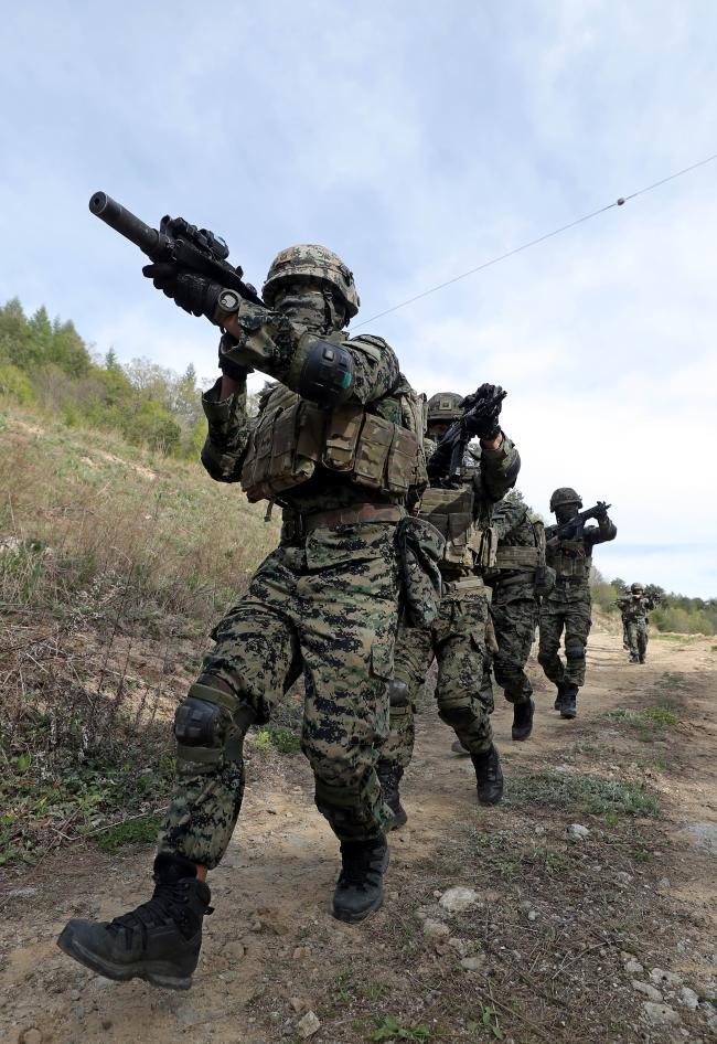 11일 강원 평창군 황병산훈련장에서 K1, K7 등으로 무장한 육군특수전사령부 흑표부대 장병들이 특수작전 훈련을 하고 있다. 부대는 오는 18일까지 행군, 암벽극복, 전술훈련 등을 하며 작전 능력을 배양할 계획이다.사진=이경원 기자