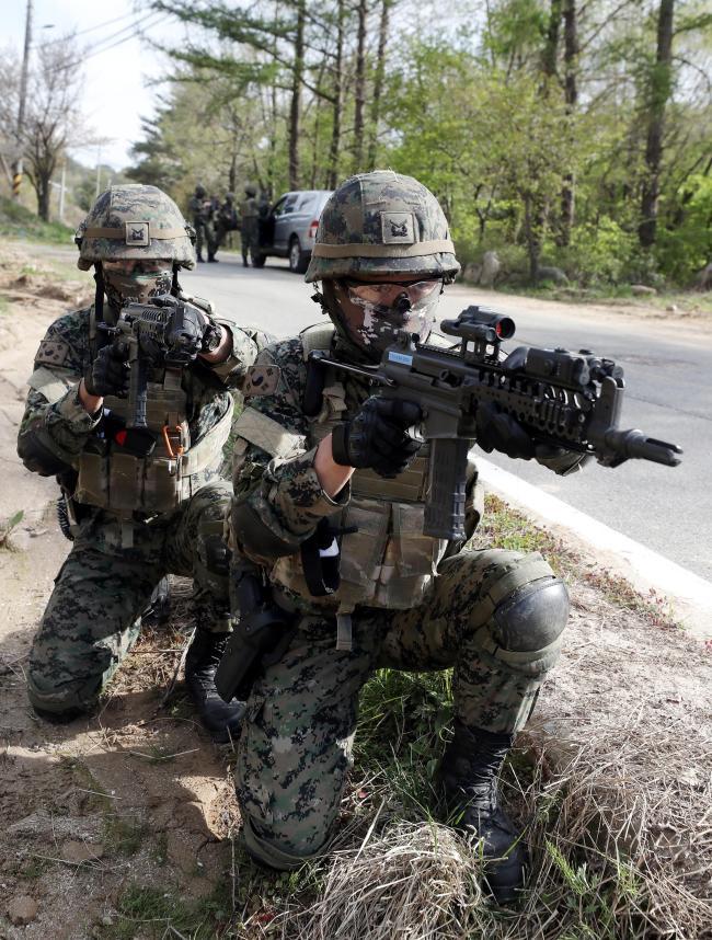 내륙전술종합훈련 중 표적을 확보한 뒤 경계를 서고 있는 특전장병들. 사진=이경원 기자