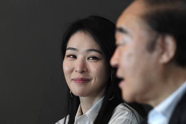 기자와 인터뷰 중인 아버지(장광)를 곁에서 바라보는 딸(미자)의 눈빛에 사랑과 존경의 마음이 가득하다.