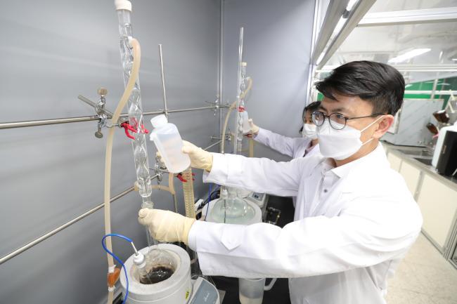 시험평가실 성능분석평가과 손병일 군무주무관 등 3명이 탄약 내 추진장약의 자연발화를 방지하기 위한 안정제 분석시험을 하고 있다.