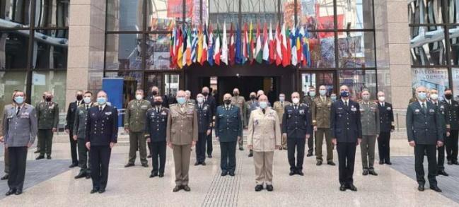 윤의철 합참차장이 EU 합참의장 회의 참석자들과 함께 기념사진을 찍고 있다.  합참 제공