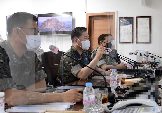 원인철(가운데) 합참의장이 1일 해군1함대사령부를 방문, 군사대비태세를 확인하고 있다.  합참 제공