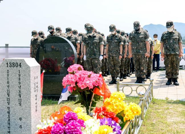 해군이 호국보훈의 달을 맞아 6월 한 달간 매주 수요일을 '추모와 감사의 날'로 지정하고 감사의 마음을 실천하고 있는 가운데 해군 장병들이 9일 연평도 포격전 전사자 묘역을 참배하고 있다.  해군 제공