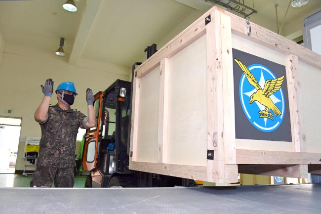 공군군수사령부 60수송전대 요원들이 소형 정밀물자를 안전하게 수송할 수 있는 충격 저감 수송 용기를 1톤 소형 트럭으로부터 하역하고 있다.  사진 제공=안동희 원사(진)