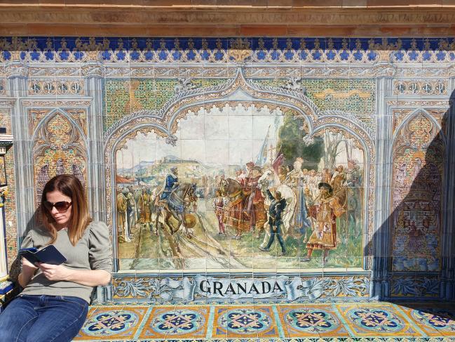 세비아 도심에 있는 스페인 광장 난간 벽면은 이교도가 지배한 국토를 되찾기 위한 지역별 800년 투쟁역사를 묘사한 벽화로 채워져 있다. 사진은 1492년 그라나다 알함브라 궁전 앞에서 이슬람군이 가톨릭군에게 항복하는 모습을 그린 모자이크 타일 벽화.   필자 제공