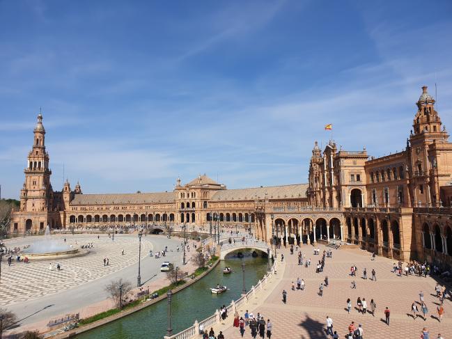 1929년 에스파냐-아메리카 박람회 개최장소로 건립한 스페인광장 전경. 2층 난간에 군사역사박물관이 있다.  필자 제공