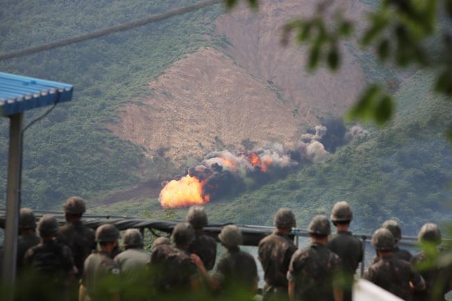 육군공병학교가 8일 진행한 실물 지뢰·폭약 폭파 시범식 교육에서 지뢰지대 개척 선형 폭약(미클릭)이 폭파되고 있다.  부대 제공