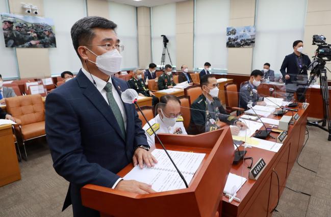 서욱 국방부 장관이 9일 열린 국회 국방위원회 전체회의에서 현안보고를 하고 있다.  연합뉴스