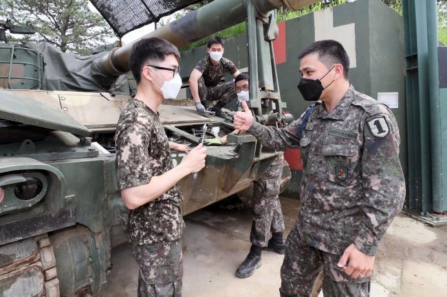 K55A1 자주포 정비에 나선 포대원들을 격려하는 장정문 상사.