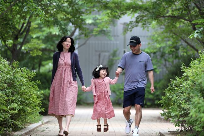 장정문 상사 부부가 딸 하라 양의 손을 잡고 산책하고 있다.