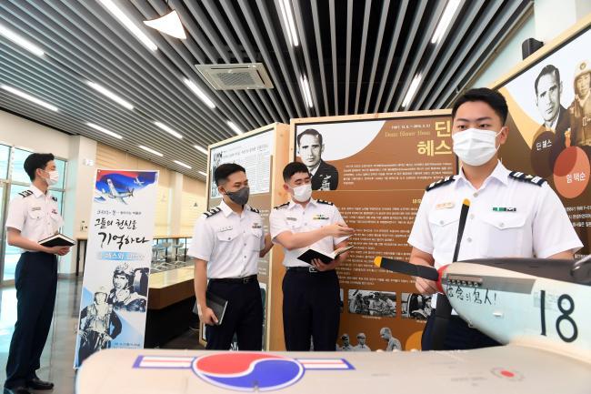 공군사관학교가 6·25 전쟁 속 공군인을 주제로 열고 있는 '찾아가는 박물관'에서 공사 생도들이 딘 헤스 대령과 임택순 대위의 유물을 관람하고 있다.  사진 제공=박용태 중사(진)