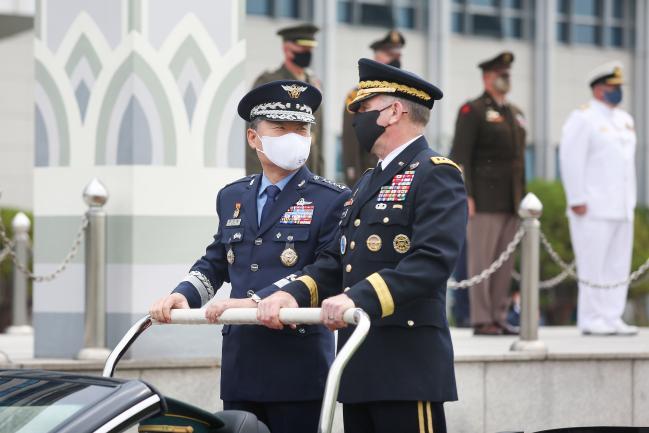 원인철(왼쪽) 합참의장이 29일 주관한 로버트 에이브럼스 한미연합군사령관 환송 의장행사에서 에이브럼스 사령관과 열병차량에 탑승해 대화를 나누고 있다. 합참 제공
