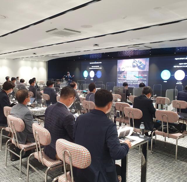 '미래 국방 준비를 위한 디지털/AI 트랜스포메이션 리더 과정'에 참여한 국방산업 기업 CEO와 리더들이 강의를 경청하고 있다.  한국국방기술학회 제공
