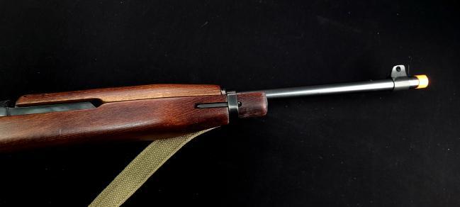 M1 카빈 '호바트 버전'의 특징인 총기 상하부 목재의 색상 차이도 살렸다.  필자 제공
