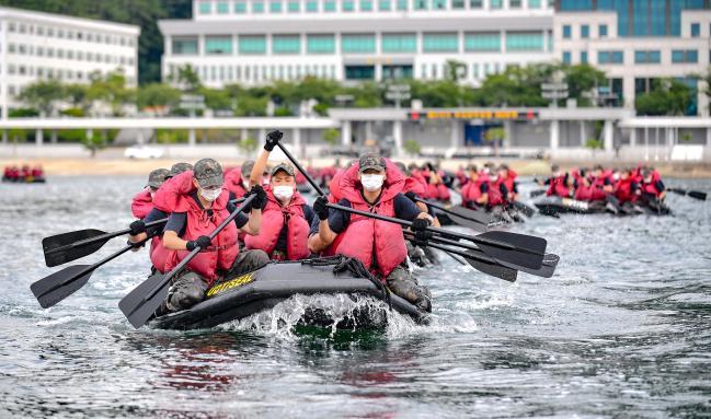 해군교육사령부 272기 해군 부사관 후보생들이 20일 진해 군항에서 IBS 항해훈련을 하고 있다.  사진 제공=이승엽 하사