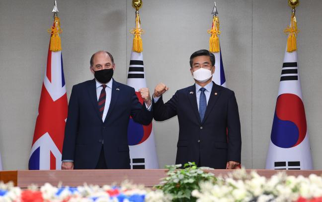 서욱(오른쪽) 국방부 장관과 벤 월리스(Ben Wallace) 영국 국방장관이 21일 오전 서울 용산구 국방부 청사에서 열린 한영 국방장관 회담에 앞서 기념촬영을 하고 있다.  조용학 기자