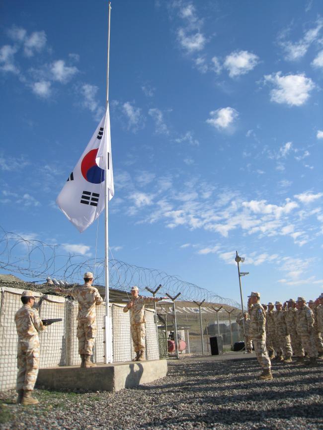 자이툰부대는 2008년 12월 14일 최종 병력이 철수하면서 4년 3개월여의 임무를 마무리했다. 사진은 철수 전날 진행된 국기 하기식의 모습.  국방일보 DB