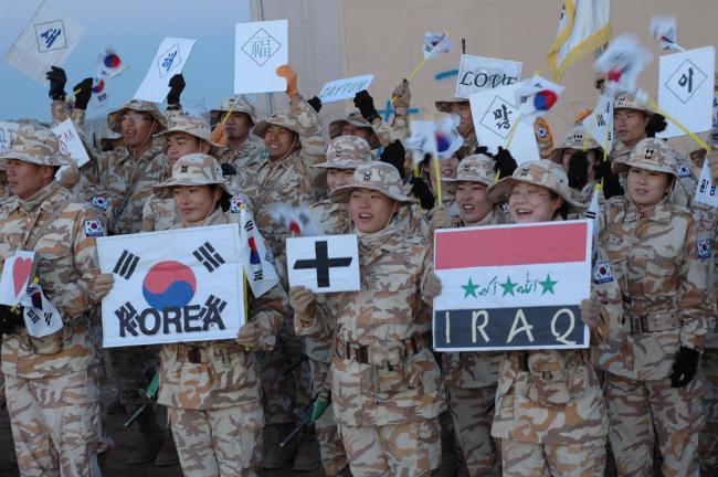 이라크 현지에서 새해를 맞은 자이툰부대원들이 태극기와 이라크 국기를 나란히 펼쳐보이며 파이팅을 외치고 있다.  국방일보 DB