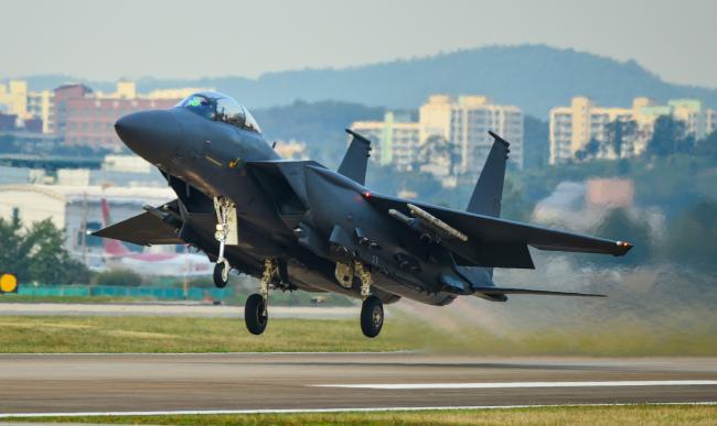 공군11전투비행단 102대대 F-15K 전투기가 임무 수행을 위해 이륙하고 있다.  부대 제공
