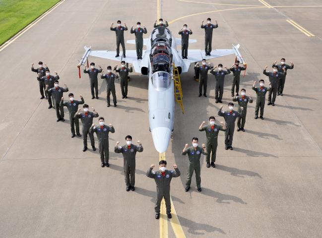 공군10전투비행단 101대대 조종사들이 창설 70주년을 맞아 부대에서 운용하는 F-5 항공기 앞에서 기념사진을 찍고 있다.  부대 제공